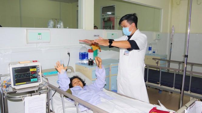 Hậu phẫu, bệnh nhân đã cử động được tay chân. Ảnh: BVCC