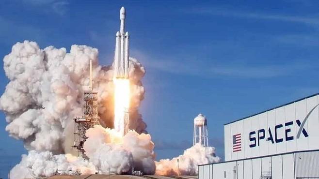 Hãng công nghệ không gian SpaceX của Elon Musk trong cuộc đua kết nối internet miễn phí toàn cầu. Ảnh: Internet