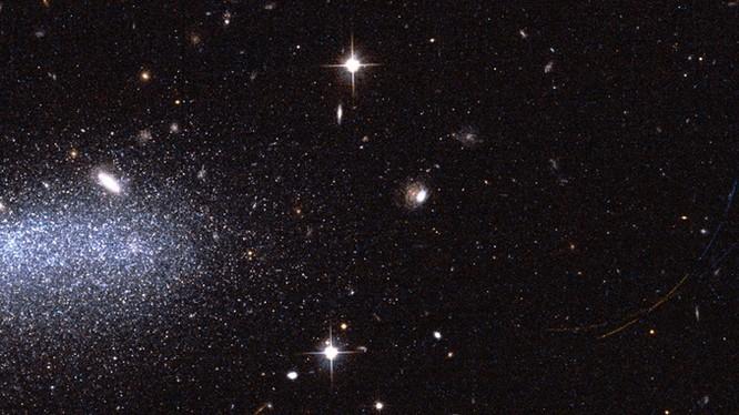 hình ảnh những ngôi sao rực sáng thuộc AGC111977. Ảnh: ESA.