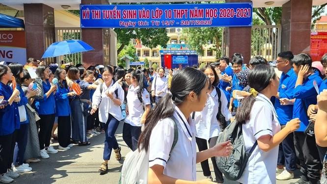 Các thí sinh tỉnh Hải Phòng hoàn thành phần phi môn Ngữ Văn sáng 16/7. Ảnh: Lao động