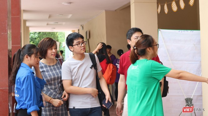 Các thí sinh trong kỳ thi tuyển sinh. Ảnh: MT