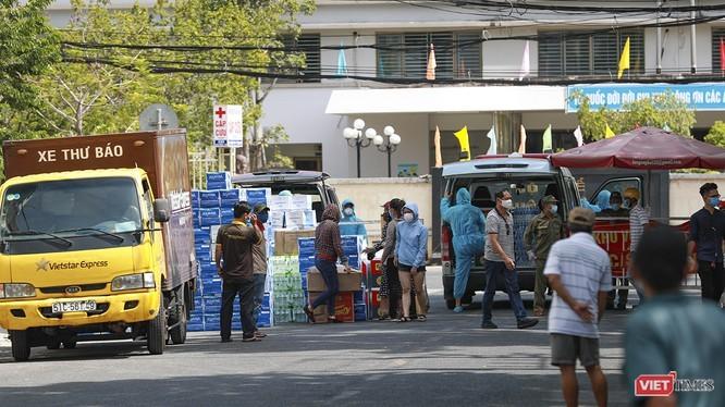Các tổ chức, cá nhân chuyển nhu yếu phẩm hỗ trợ các bệnh viện tại khu vực cách ly, phong tỏa. Ảnh: Hồ Xuân Mai