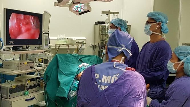 Một ca phẫu thuật nội soi với đầy đủ trang thiết bị hiện đại tại Trung tâm Phẫu thuật Tạo hình Thẩm mỹ (BV Hữu nghị Việt Đức). Ảnh: BVCC