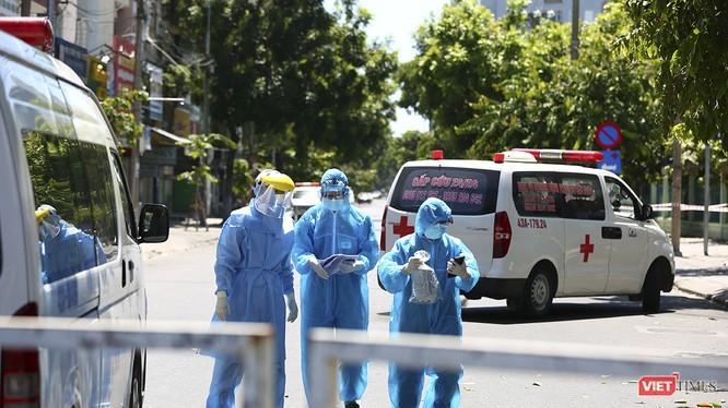 Lực lượng y tế thực hiện công tác cách ly phòng dịch COVID-19. Ảnh: Hồ Xuân Mai