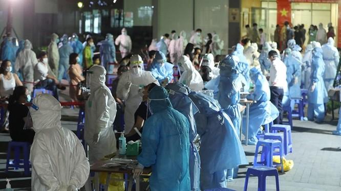Nhân viên y tế lấy mẫu COVID-19 trong đêm. Ảnh: HCDC