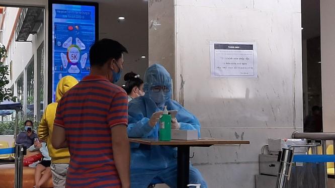 Kiểm soát y tế tại BV. Ảnh: Nguyễn Trăm
