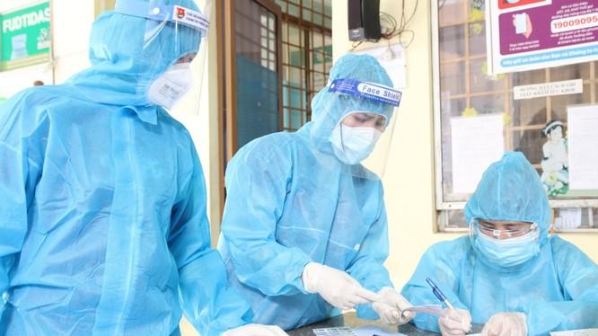 Nhân viên y tế lấy mẫu COVID-19. Ảnh: HCDC