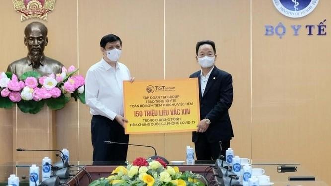 GS.TS Nguyễn Thanh Long- Bộ trưởng Bộ Y tế đã tiếp nhận tài trợ khoảng 150 triệu bơm kim tiêm. Ảnh: Trần Minh