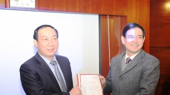 Thứ trưởng Nguyễn Hồng Trường, trao quyết định tiếp nhận và bổ nhiệm Thiếu tướng Vũ Đỗ Anh Dũng