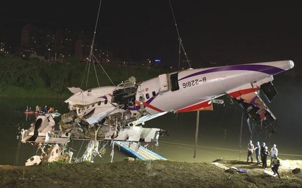 Thân máy bay được trục vớt lên bờ sông. Ảnh: AFP