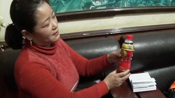 Chị Phạm Thị Loan (Nghệ An) và chai nước có những vật thể nhỏ nổi lập lờ