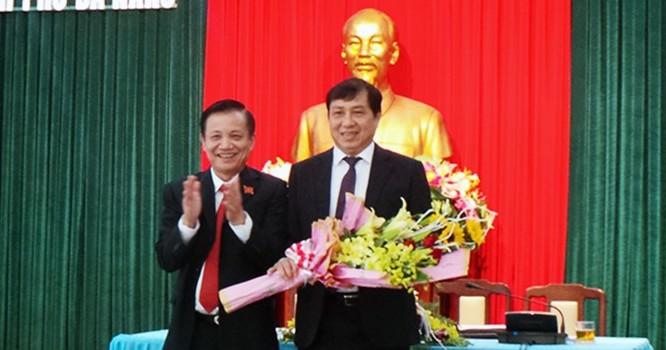 Ông Huỳnh Đức Thơ (bên phải) tại lễ nhậm chức Chủ tịch UBND thành phố Đà Nẵng