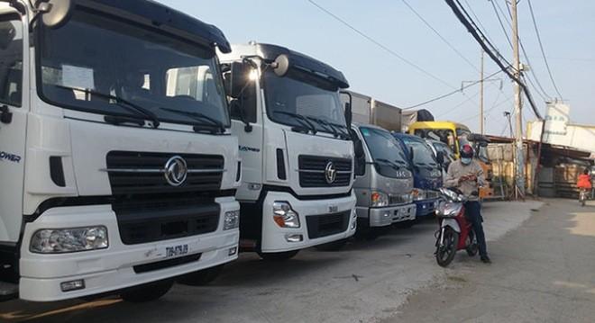 Xe tải nặng nhập khẩu từ Trung Quốc trưng bày tại Công ty Phú Cường (huyện Bình Chánh, TP.HCM)