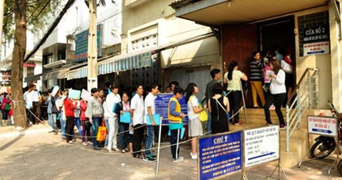Người dân xếp hàng dài chờ làm hộ chiếu chiều 20-3