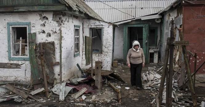 Một khu nhà dân bị tàn phá, ở TP Debaltseve, đông bắc Donetsk (ảnh chụp 17/03/2015). Ảnh REUTERS/Marko Djurica