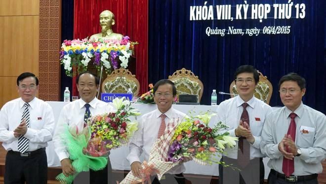 Ông Đinh Văn Thu (thứ hai từ trái sang) nhận hoa chúc mừng của lãnh đạo tỉnh Quảng Nam