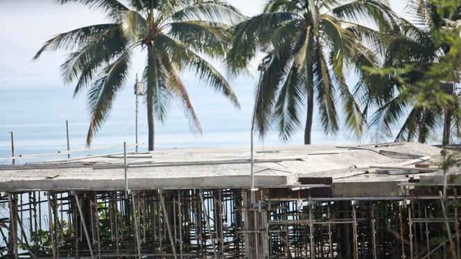 Công trình nhô cao che tầm nhìn ra biển - Ảnh: Tiến Thành