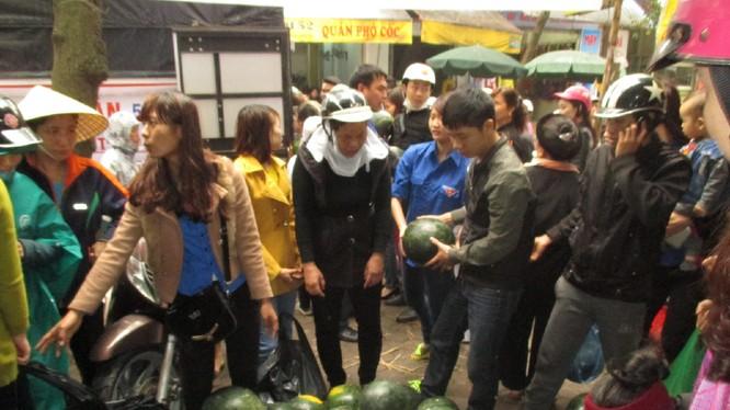 Nhiều bạn trẻ ở Hà Nội mua dưa hấu ủng hộ nông dân Quảng Nam chịu thiệt hại do lũ lụt
