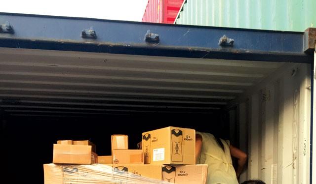 Container hàng của chị Thoa được mở, nhưng việc kiểm đếm số hàng còn lại chưa được thực hiện nên chị Thoa phải tự niêm phong trở lại