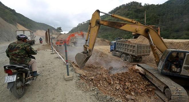 Thi công dự án công trình cải tạo, nâng cấp quốc lộ 19 theo hình thức hợp đồng BOT đoạn qua đèo Mang Yang, Gia Lai. Dự kiến đến cuối năm 2015 sẽ lập trạm thu phí (ảnh chụp chiều 12-4)