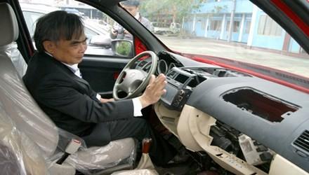 Ông Bùi Ngọc Huyên, Chủ tịch Hội đồng quản trị Vinaxuki, tự tay cầm lái chiếc xe VG tốn nhiều tâm sức và tiền bạc nhưng vẫn thiếu nhiều bộ phận.