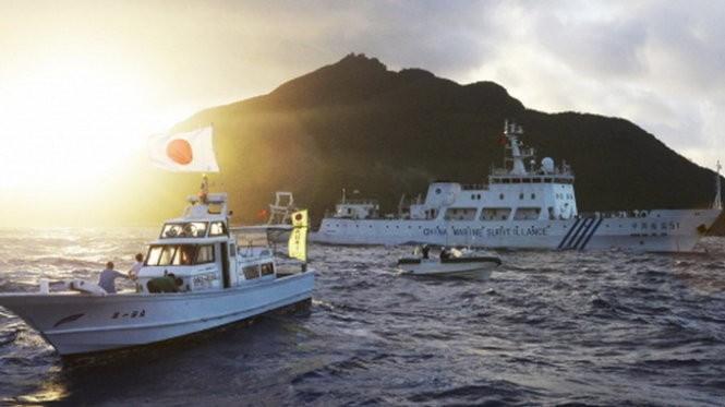 Tàu tuần tra Trung Quốc và tàu tuần duyên Nhật bản chạy gần nhau trong vùng biển tranh chấp gần quần đảo Điếu Ngư/Senkaku - Ảnh: Reuters