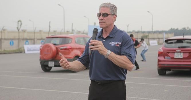 Huấn luyện viên trưởng đến từ Mỹ đang hướng dẫn cách lái xe an toàn và xử lý các tình huống bất ngờ.
