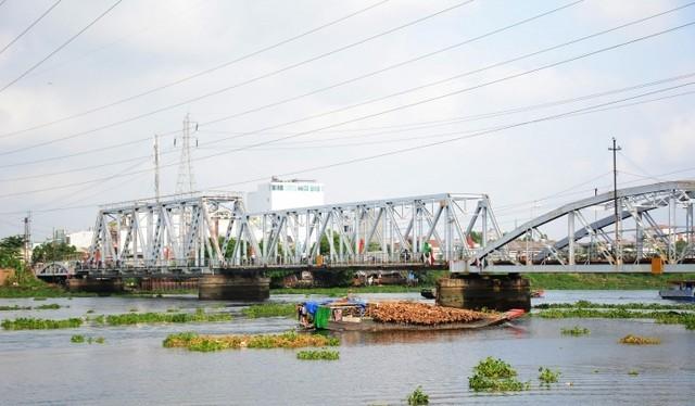 Do tĩnh không thấp, khi thủy triều lên các tàu thuyền dễ bị mắc kẹt tại cầu đường sắt Bình Lợi