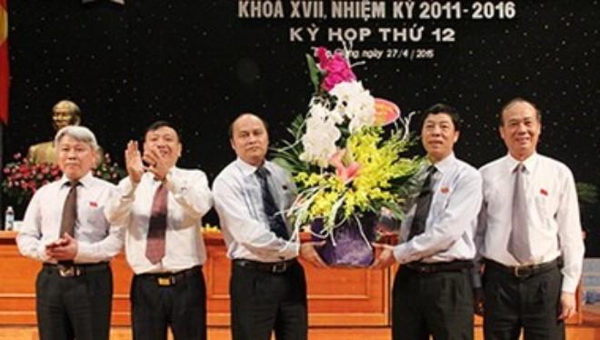 Các vị Thường trực Tỉnh ủy, Hội đồng Nhân dân tỉnh tặng hoa chúc mừng ông Nguyễn Văn Linh.