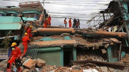 Thủ đô Kathmandu của Nepal tan hoang sau động đất (Ảnh: AP)