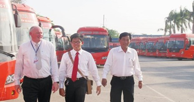 Ông Tây điều hành hãng xe khách Việt