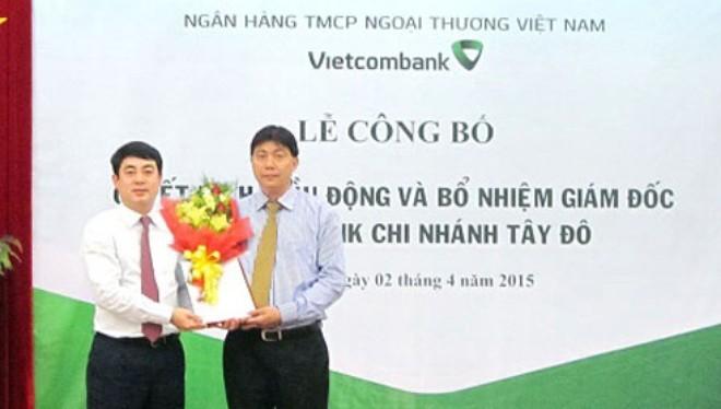 Ông Nghiêm Xuân Thành - Chủ tịch HĐQT VCB (bên trái) trao quyết định và tặng hoa chúc mừng ông Đỗ Trọng Phát - tân Giám đốc VCB Tây Đô