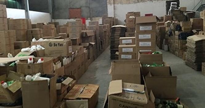 Một góc kho mỹ phẩm dỏm của Công ty Lý Hoàng Long (18E Cộng Hòa, phường 4, quận Tân Bình).