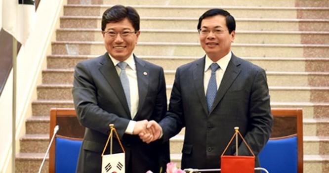 Bộ trưởng Bộ Công Thương Vũ Huy Hoàng và Bộ trưởng Bộ Thương mại, Công nghiệp và Năng lượng Hàn Quốc Yoon Sang-jick tại Lễ ký kết.
