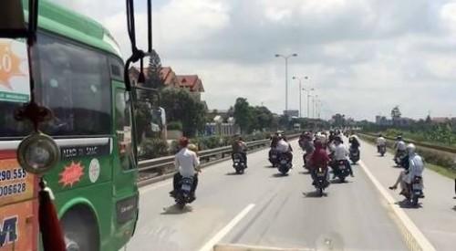 Các thanh niên đi xe máy ngăn cản ôtô khách trên quốc lộ 5.