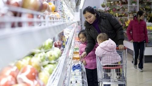 Mô hình bán lẻ hiện đại mới đóng góp 20% - 25% tiêu dùng tại Việt Nam. Ảnh: Bloomberg