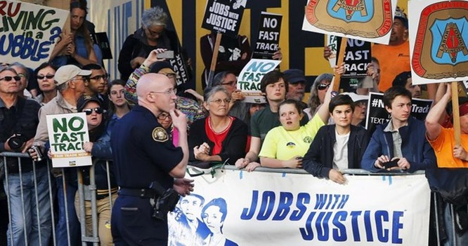 Một cuộc Biểu tình phản đối hiệp định Đối tác xuyên Thái Bình Dương (TPP) tại Hoa Kỳ. Ảnh REUTERS/Jonathan Ernst