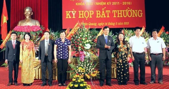 Ông Phạm Minh Huấn (thứ 4 từ phải sang), tân Chủ tịch UBND tỉnh Tuyên Qang. Ảnh: tuyenquang.gov.vn