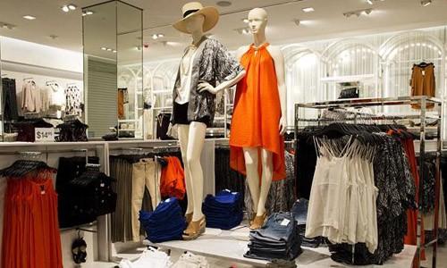 Người tiêu dùng Việt Nam có thể mua đồ thời trang quốc tế với giá tốt, nhanh chóng và đảm bảo hơn. Ảnh:Dailytelegraph