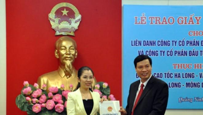 Ông Nguyễn Đức Long, Chủ tịch UBND tỉnh Quảng Ninh trao Giấy chứng nhận đầu tư cho Nhà đầu tư