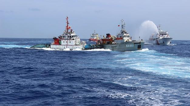 Tàu Trung Quốc phun vòi rồng uy hiếp tàu cá Việt Nam giữa năm 2014