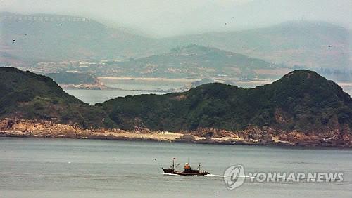 Một tàu cá Trung Quốc di chuyển qua đảo Gal hôm 28/5/2009. Ảnh: Yonhap