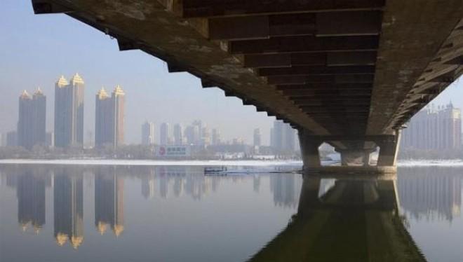 Cần Cát Lâm qua sông Songhua ở tỉnh Cát Lâm, Trung Quốc. Ảnh: Reuters