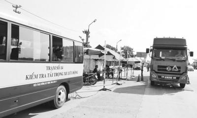 Kiểm tra xe ô-tô quá tải tại Trạm kiểm tra tải trọng xe lưu động tỉnh Hải Dương trên QL 5.