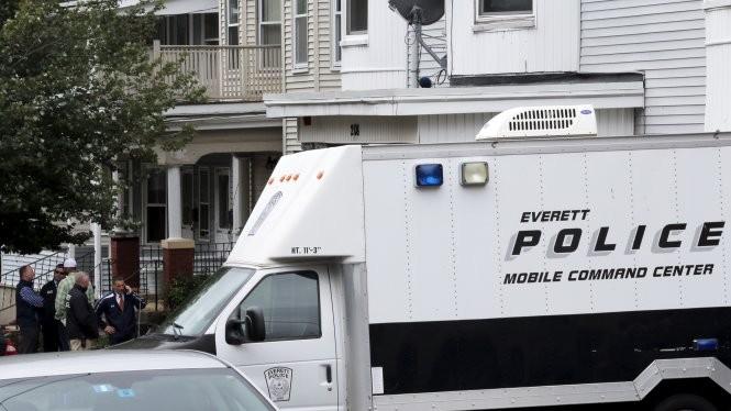 Xe cảnh sát đậu tại hiện trường vụ xả súng ở Boston Ảnh: Reuters
