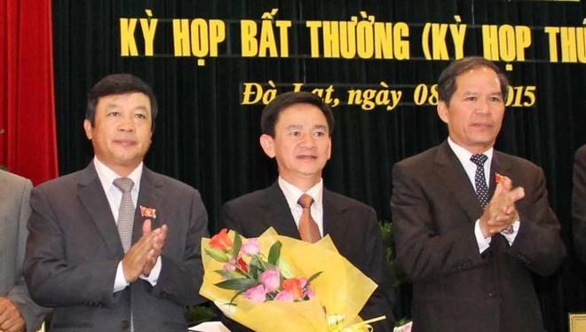 Ông Phan Văn Đa (giữa) nhận nhiệm vụ mới ở vị trí Phó chủ tịch UBND tỉnh Lâm Đồng