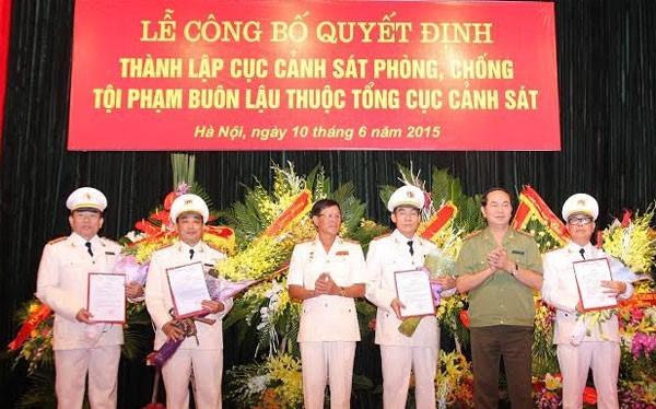 Bộ trưởng Trần Đại Quang trao quyết định cho lãnh đạo Cục C74.