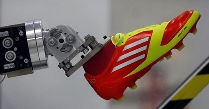 Một cánh tay robot đang làm việc trong phòng thí nghiệm sáng chế của Adidas ở thị trấn Herzogenaurach, miền nam nước Đức - Ảnh: Reuters