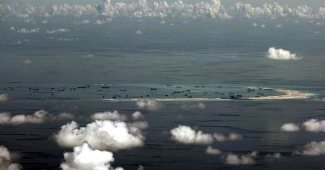 Không ảnh chụp từ phi cơ quân sự Philippines cho thấy khu vực Trung Quốc bồi đắp đất tại Trường Sa, 11/05/2015. Ảnh REUTERS/Ritchie B. Tongo/Pool TPX