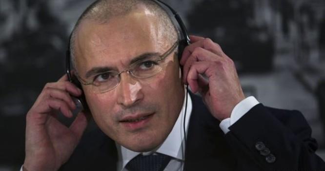 Ông Mikhail Khodorkovsky, trước đây là vua dầu hoả, đã thành lập công ty Yukos, bị ở tù 10 năm và được phóng thích vào tháng 12 năm 2013.